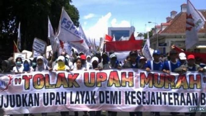 demo-ke-kemenaker-buruh-tuntut-kenaikan-upah-15-persen